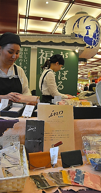 「ino DATE」の製品が並んだ歌舞伎座の木挽町広場=東京都中央区
