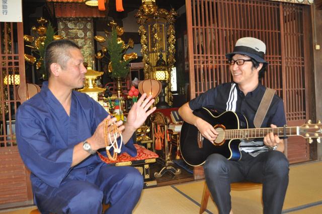 オオツエさん(右)と神宮寺の本多隼大住職=淡路市江井