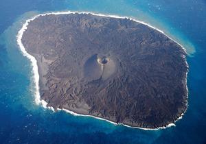活発な噴火の後、火山活動が落ち着いた西之島=2月10日、朝日新聞社機から