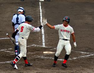 福島商―日大東北 二回裏日大東北無死三塁、磯上の中前安打で、三塁走者遠藤泰河が生還。次打者諸越⑥、捕手浅川=あいづ
