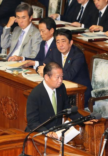 衆院本会議で登壇する自民党の二階俊博幹事長。後方は安倍晋三首相=27日、岩下毅撮影