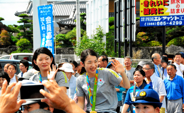 写真・図版 選手(右)と高橋礼華選手=藍住町 リオ五輪・バドミントン女子ダブルス金メダルの松友美