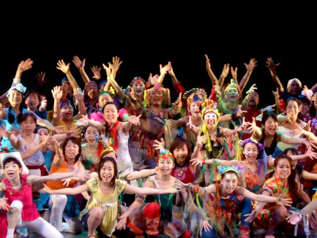 2007年に都内であった憲法ミュージカル「キジムナー」の舞台の場面=実行委提供
