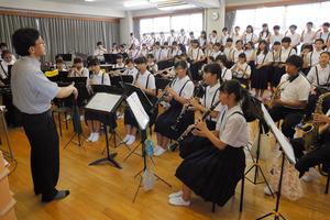 10月1日の復興支援コンサートに向け、練習に励む浜脇中の吹奏楽部と合唱部の生徒たち=西宮市宮前町