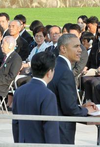 オバマ米大統領の演説を聴く森佳代子さん(中央)=5月27日、広島市中区、代表撮影