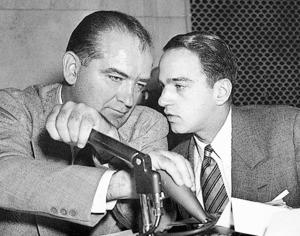 米ワシントンで1954年4月、委員会公聴会中に声をひそめて話し合うロイ・コーン(右)とジョセフ・マッカーシー上院議員(当時)=AP