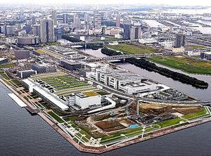 豊洲市場の「水産仲卸売場棟」(手前左)と「水産卸売場棟」(手前右)=東京都江東区、本社ヘリから