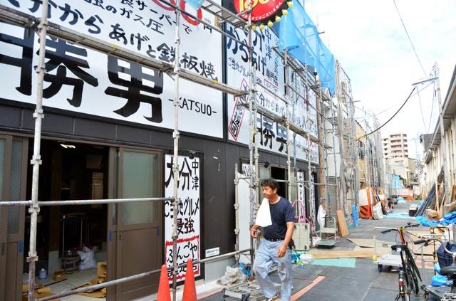 10月1日開店に向け、各店で準備が進む。右側の道が2・5メートルから4メートルに広がった=大阪市淀川区