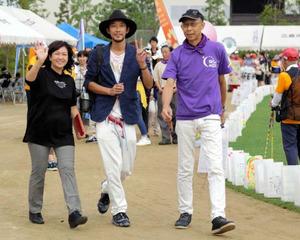 昨年、広島市で開催されたリレーを歩く船崎美智子さん(左)と克巳さん(右)=船崎美智子さん提供