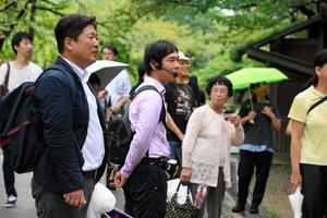 吉宗ゆかりの地を歩いてめぐった「カリスマ添乗員」の平田進也さん(左)と参加者ら=和歌山市一番丁