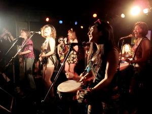 今の社会に生きることへの思いを、ファンの女性たちと歌う新月灯花のメンバーたち=豊島区