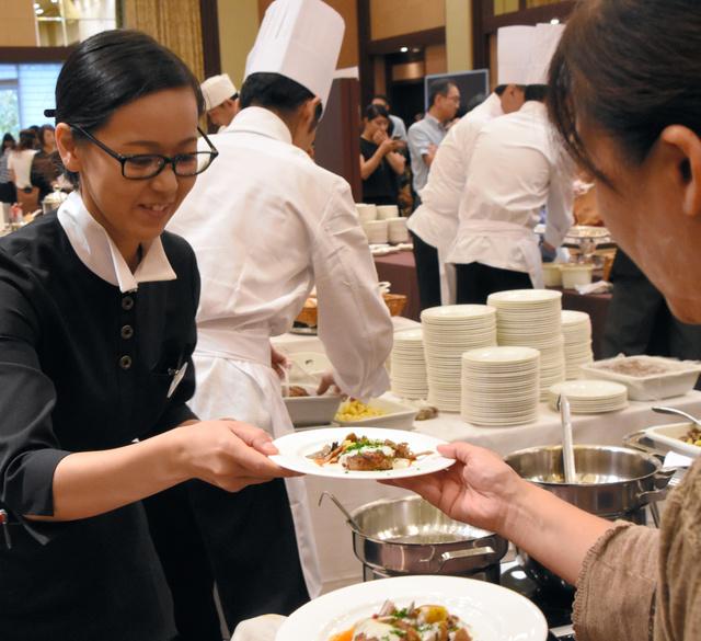 試食会では参加者たちが各ホテルの料理を楽しんだ=水戸市千波町