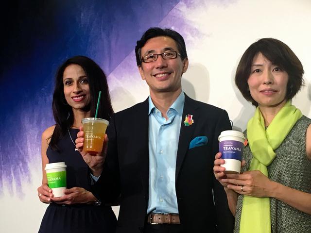 新ブランド「ティバーナ」のカップを持つスターバックスコーヒージャパンの水口貴文CEO(中央)ら=東京都中央区