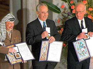 1994年、ラビン首相(当時・右)、アラファト議長(同・左)とともにノーベル平和賞を受賞したペレス氏=AFP時事