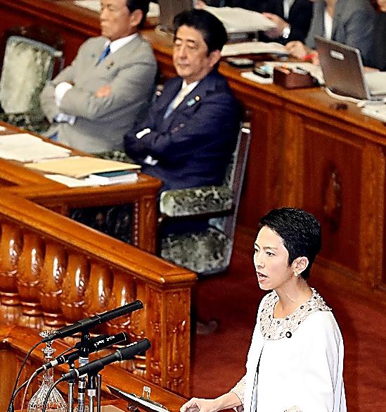 参院本会議で、代表質問に立つ民進党の蓮舫代表。後方手前は安倍晋三首相=28日午前10時4分、岩下毅撮影