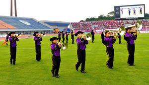 ニンジニアスタジアムで演奏するマーチングバンド「Seeds+」のメンバー=愛媛FC提供
