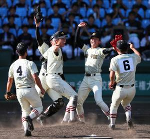 今夏の全国高校野球選手権大会で優勝を決め、マウンド上で喜ぶ作新学院の選手たち=8月、阪神甲子園球場、内田光撮影
