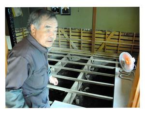 扇風機を使って自宅の床下を乾かす松村幸次さん=南富良野町幾寅