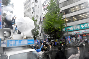 ガンバローを三唱する候補者の陣営関係者ら=新潟市中央区(選挙カーなどにモザイクをかけています)