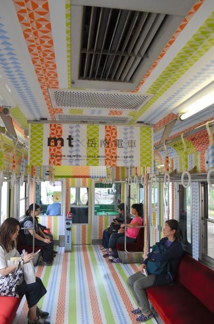マスキングテープで床や天井、つり革まで飾られた岳南電車=富士市