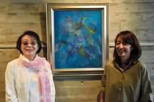 「愛の賛歌」を前に、思いを語る中島千恵さん(左)と森本博美さん=兵庫県西宮市の朝日新聞阪神支局