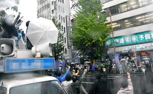 ガンバローを三唱をする陣営支持者ら=新潟市中央区(選挙カーなどにモザイクをかけています)