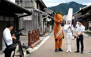 奈良市のゆるキャラ「りにまね」、リニアファン倶楽部の「リニー君」と撮影に応じる亀山市職員=亀山市の関宿