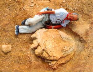 長さ106センチ、恐竜足跡化石を発掘 モンゴルで