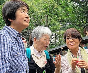 御巣鷹の尾根を訪れた加山圭子さん(左)と市川正子さん(右)