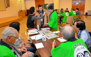 回想法の普及を目指し交流する妙高市と北名古屋市のメンバー=妙高市の新井総合コミュニティセンター