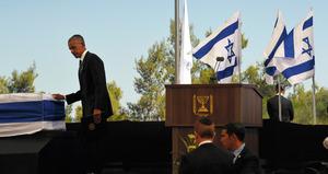 エルサレムで30日あったイスラエルのペレス前大統領の国葬で、ひつぎに手をあてるオバマ米大統領=渡辺丘撮影