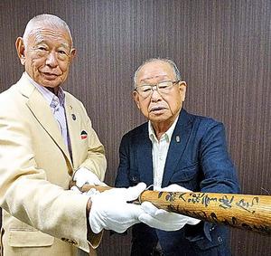 バットを手にする荒井邦夫さん(左)と吉田義男さん