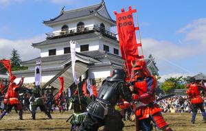青空の下、真田、片倉両軍の熱い戦いを演じた「道明寺の戦い」=白石市の白石城本丸広場