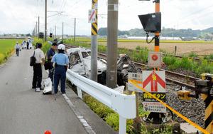 トラックが列車と衝突、運転手死亡 JR長崎線の踏切