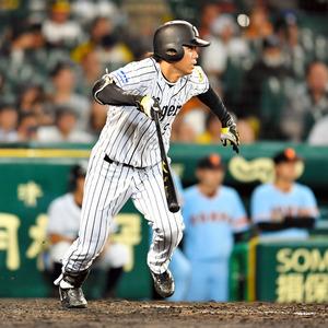 9月30日の巨人戦の九回、今季136安打目となる投手強襲安打を放つ阪神の高山=日刊スポーツ