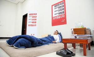 韓国国会内で断食する李貞鉉(イジョンヒョン)セヌリ党代表=同党提供