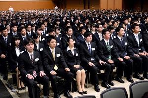 真剣な表情で式に臨む三井住友銀行の内定者たち=3日午前、東京・丸の内、北村玲奈撮影
