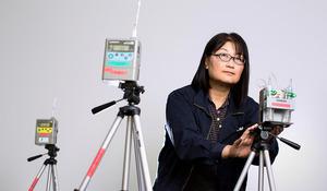空気中にある微量の化学物質を採取する機器を駆使する。「目に見えないだけに、しっかりととらえないといけません」=東京都調布市、家老芳美撮影