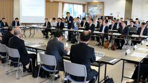 県の主催で開かれたJR東海とリニア新幹線関連市町村長の意見交換会=飯田市