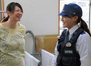 巡回中に出会った女性と話す武藤明穂巡査長(右)=南相馬市小高区東町1丁目