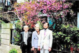 東京大教養学部助教授になった大隅良典さん(右)と両親。このころ、オートファジーの一端を見つけた=本人提供