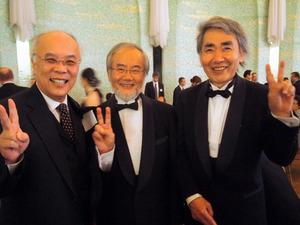 2012年に大隅良典さん(中央)が京都賞を受賞した際撮った記念写真。「七人の侍」のメンバーの田中啓二・東京都医学総合研究所長(左)、永田和宏さんと=永田さん提供