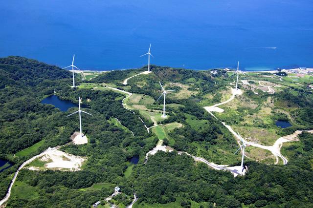 関西電力の淡路風力発電所=兵庫県淡路市、同社提供