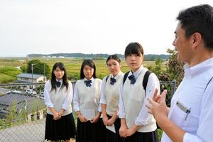 福島第一原発が見える高台で説明を聞く福岡県立ありあけ新世高校の生徒たち