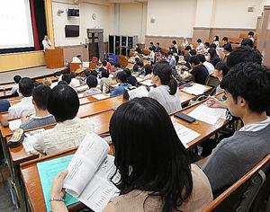 一般公開された初回の講義には約100人が集まった=東京都文京区の東大