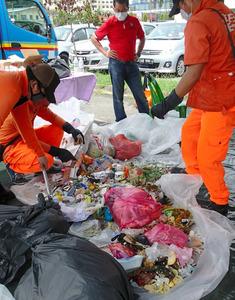 分別されずに出される家庭ごみの組成調査をする関係者たち=6月、マレーシア・コタキナバル/あきた地球環境会議提供