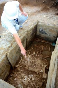 公開される石棺。人骨や副葬品が並んでいる=つくば市下河原崎