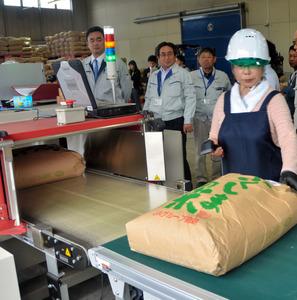 すべての米袋の放射性物質濃度を測定した=楢葉町