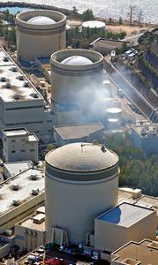 関西電力美浜原発3号機(手前)=福井県美浜町