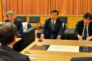 西川一誠知事(手前)と面談する日本原子力研究開発機構の児玉敏雄理事長(中央)=県庁